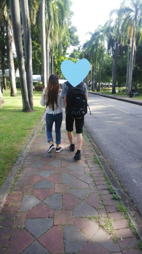 バンコクの街を仲良く歩く二人