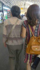 福岡県50代様のお母様と腕を組むタイ女性Nちゃん